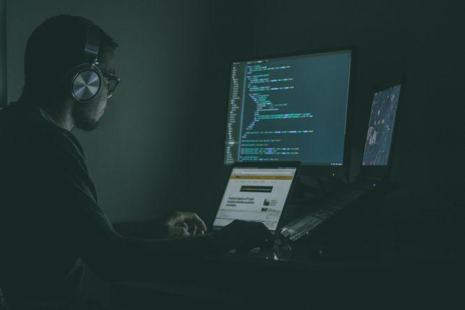 programmer working in the dark room jefferson-santos-9SoCnyQmkzI-unsplash