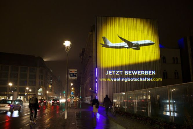 guerrilla marketing - vueling projection